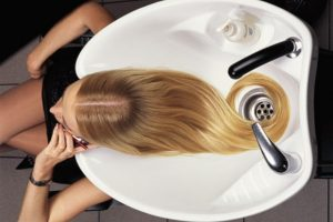 Мытье волос как способ ухода за шевелюрой: оптимальная частота процедуры